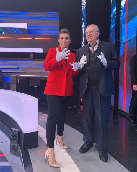 Ольга Скабеева в красном жакете и туфлях Valentino
