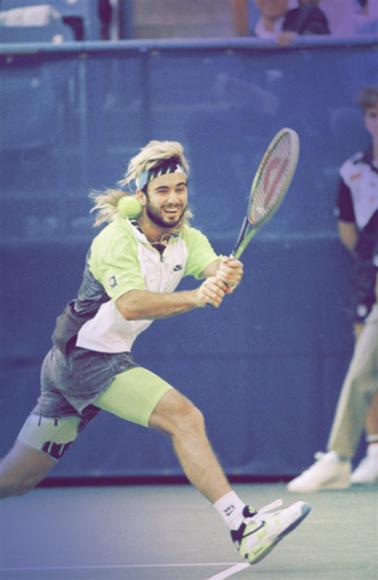 Андре Агасси по прозвищу «Rebel» (бунтарь), разбил не одно девичье сердце и не раз оказалсянарушителем теннисного дресс-кода. Обладая внешностью поп-звезды, он самодовольно появлялся на кортах в джинсовых шортах, надетых поверх люминесцентных велолеггинсов. Правда, победу на Уимблдоне в 1992 году он одержал в классической белой форме.