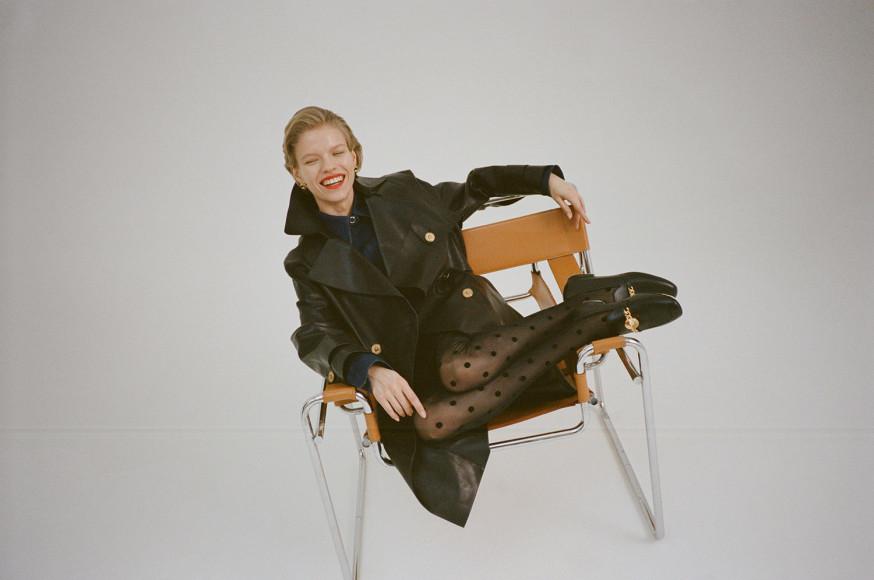 Серьги Versace, 28300 руб.; пальто Versace, 578000 руб.; блуза Lemaire, 21150 руб.; юбка Versace, 76850 руб.; туфли Versace, 54000 руб.
