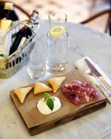 Ньокко фритто с пармской ветчиной и сыром моцарелла