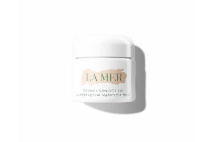 Увлажняющий крем для лица The Moisturizing Soft Cream, La Mer включает фирменный эликсир Miracle Broth и экстракт лайма, которые мгновенно преображают кожу. Она становится более мягкой и упругой, признаки старения сокращаются