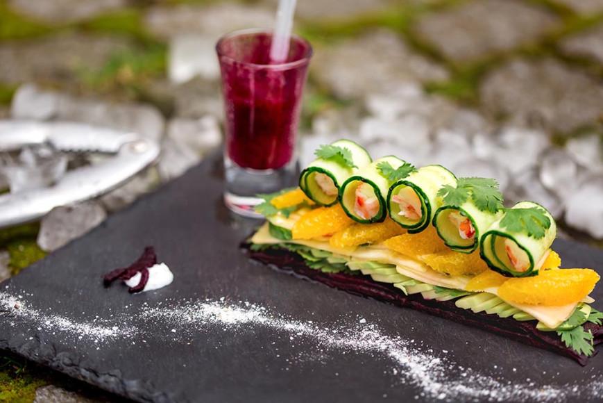Mille-feuille с дальневосточным крабом, манго, авокадо, свекольной эмульсии и йогуртовым соусом с ароматом кинзы