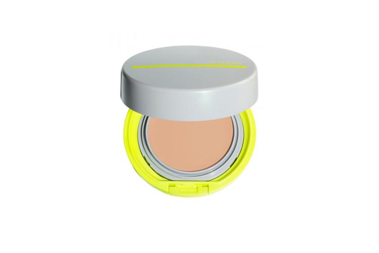 Компактное тональное BB-средство SPF50 Sports, Shiseido содержит защитную технологию WetForce, которая становится еще сильнее при контакте кожи с водой или потом, а технология Quick Dry способствует скорейшему высыханиюпота. Формула также обогащена охлаждающими компонентами и производными аминокислот для увлажнения кожи. Средство маскирует неровности тона, морщины и расширенные поры, придавая коже естественное сияние