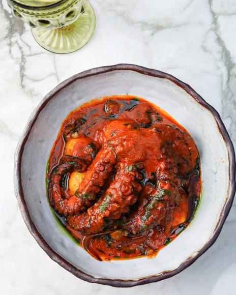 Четверть осминога тушенного в томатном соусе с картофелем и каперсом