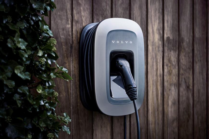 Зарядка от специальной электрической станции гибридных моделей Volvo