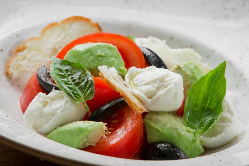 Салат с боккончини, авокадо и оливками