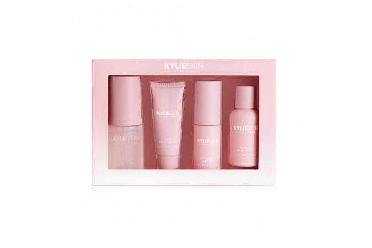 Мини-сет из четырехсредств Kylie Skin в тревел-формате включает пенку для умывания, увлажняющий крем для лица, сыворотку для лица с витамином C и тонер со вкусом ванили