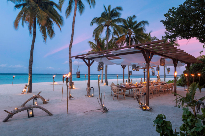 Стол для гостей шеф-повара на пляже Hurawalhi