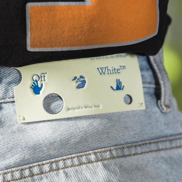 Дырявая бирка на джинсах Off-White из коллекции resort 2021