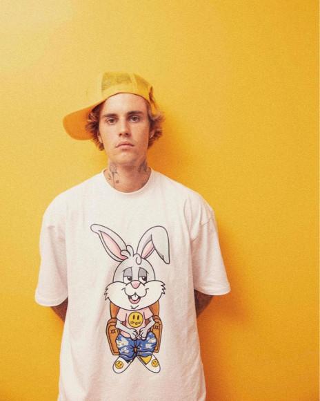 Джастин Бибер в футболке с кроликом-мульяшкой