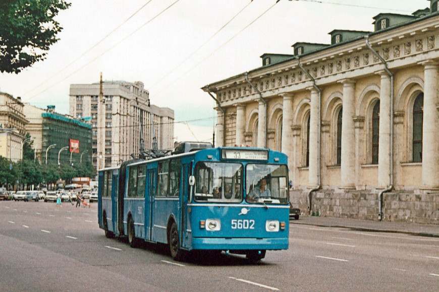Троллейбус ЗИУ-683Б на Моховой улице, 1992