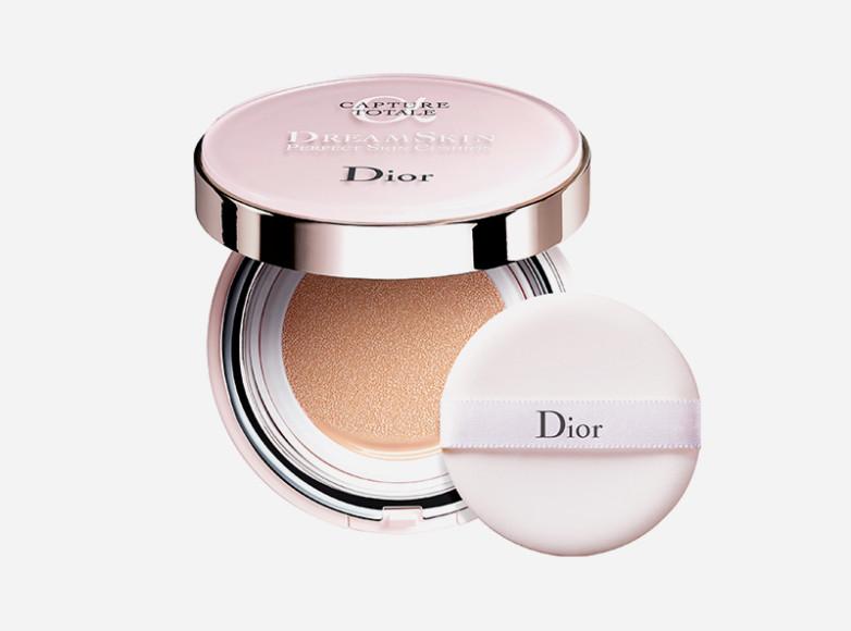 Dreamskin Perfect Skin Cushion, Dior моментально устраняет пигментные пятна, покраснения и жирный блеск, а в долгосрочной перспективе борется с процессами старения и негативными факторами окружающей среды — для этого в составе есть SPF 50 и экстракты лонгозы и опилии