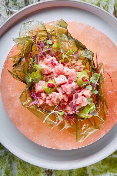 Тартар из тунца с красным тайским перцем и кремом из авокадо