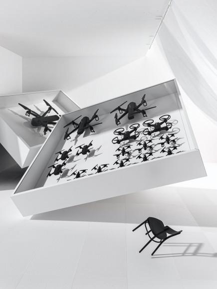Дроны в картинной рамеHumans since 1982 в рамках коллаборации с IKEA