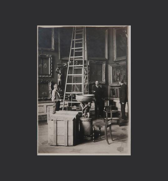 Директор Эрмитажа Д. И. Толстой в одном из залов музея