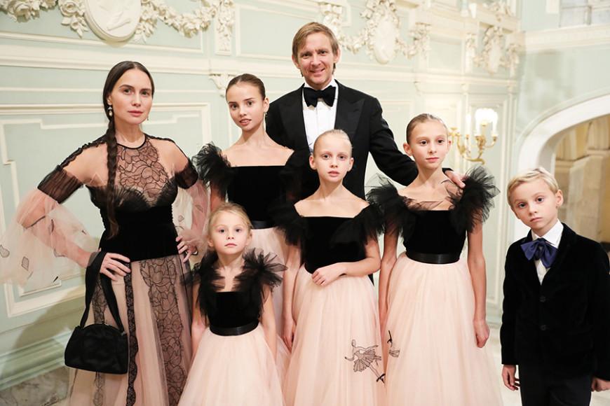 Ольга и Чарльз Томпсоны с детьми