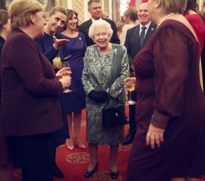 Елизавета II с сумкой Launer Traviata на приеме в честь съезда лидеров НАТО, 2019 год