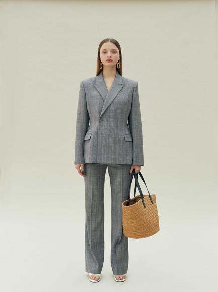 Костюм Balenciaga (жакет 129 500 руб., брюки 62 050 руб.), блуза Versace 18 300 руб., сумка Saint Laurent 68 200 руб., босоножки Balenciaga 51 300 руб.