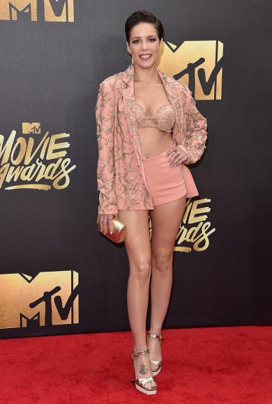 Для недавно прошедшей церемонии все тех же MTVMovieAwards певица Холзи заказала у израильского дизайнера Идана Коэна розовый наряд, состоявший из трусов ирасшитых блестками жакета и бюстгальтера.