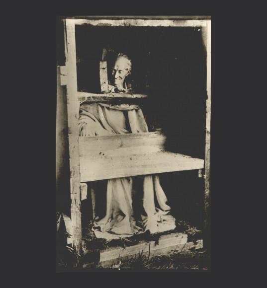 Статуя Вольтера Ж.-А.Гудона, подготовленная к эвакуации