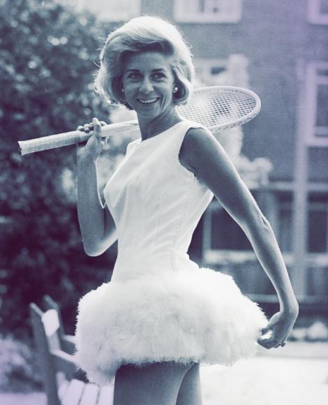Для итальянки Леи Периколи практичность была синонимом скуки. Готовясь к своему первому турниру, она решила придать Уимблдону налет«dolce vita». В 1964 году она появилась на кортев белоснежном платье с юбкой, отделаннойперьями.На следующий год она повторила фокус, но теперьюбку украшали цветы роз.