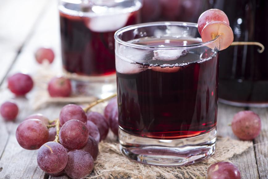 Виноград или виноградный сок  Этими опциями можно заменить вино и ониже будут выступать в качестве естественного катализатора. Сок должен быть натуральным — переработанным из виноградной кожуры, косточек и мякоти.