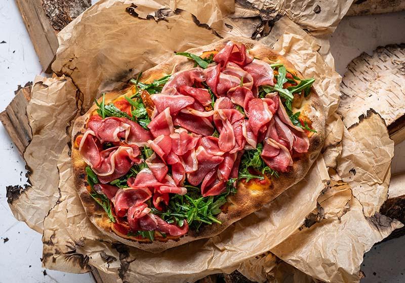 Пицца с уткой и аругулой
