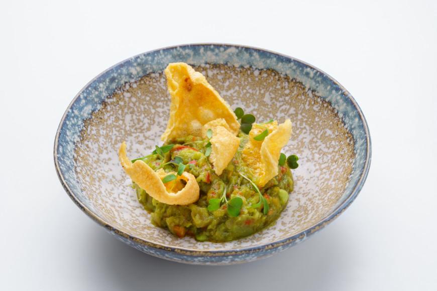 Блюда из меню ресторанаGrand Cru.Гуакамоле с кукурузными чипсами