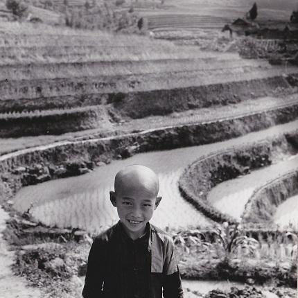 Аньес Варда. Ребенок перед рисовой плантацией около Чунцина. Китай, 1957