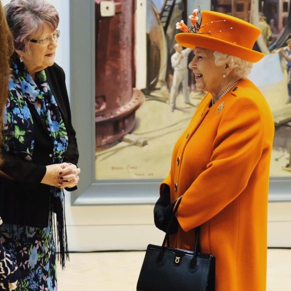 Елизавета II с сумкой Launer Turandot во время визита в Музей науки, 2019 год
