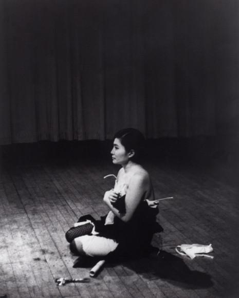 Йоко Оно, перформанс «Отрежь». Нью-Йорк, 1964 год