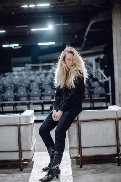 На Алисе Кретовой: блузка Chloé, брюки Ralph Lauren, сапоги Marni