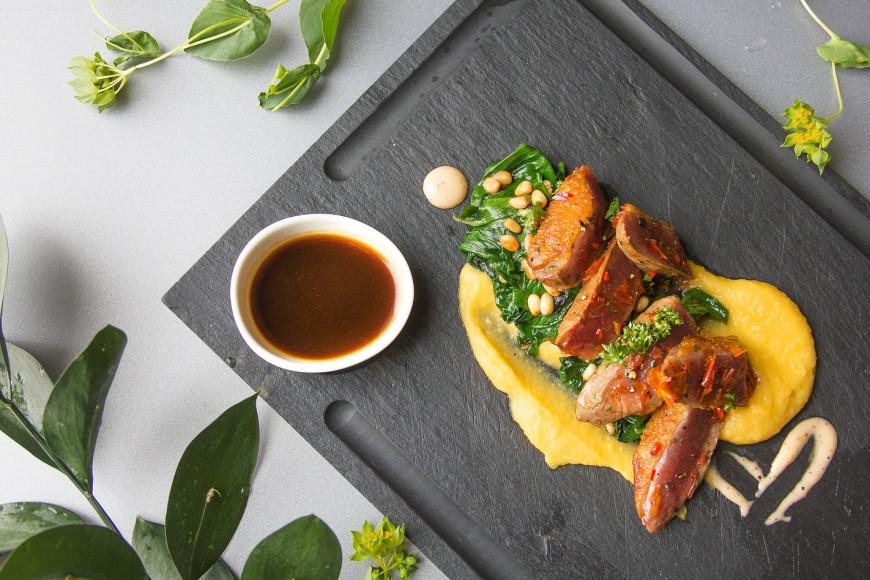 Вяленая утиная грудка с соте из шпината с кедровыми орехами, пюре из батата и тимьяновым соусом