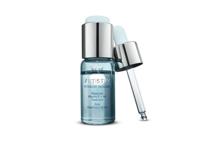 Средство Artistry Intensive Skincare с высоким содержанием витамина С и гиалуроновой кислотой двойного действия борется с мимическими морщинами, увлажняет кожу и придает ей упругость