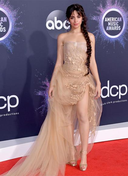 Камила Кабельо в платье Oscar de la Renta на церемонии American Music Awards