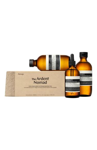 Набор The Ardent Nomad (Parsley Seed), Aesop включает в себя очищающий гель, тоник и сыворотку для лица на основе экстракта семян петрушки, витаминов и кислот
