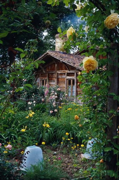 Спа-избушка утопает в ароматных травах и цветах