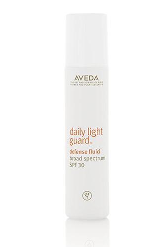Если не хотите светить на красной дорожке носом такого же цвета, захватите с собой Daily Light Guard SPF 30, Аveda — в нем всего 30 мл. Время с коктейлем под ярким курортным солнцем бежит незаметно, а за пару-тройку часов обгореть можно даже в +20.