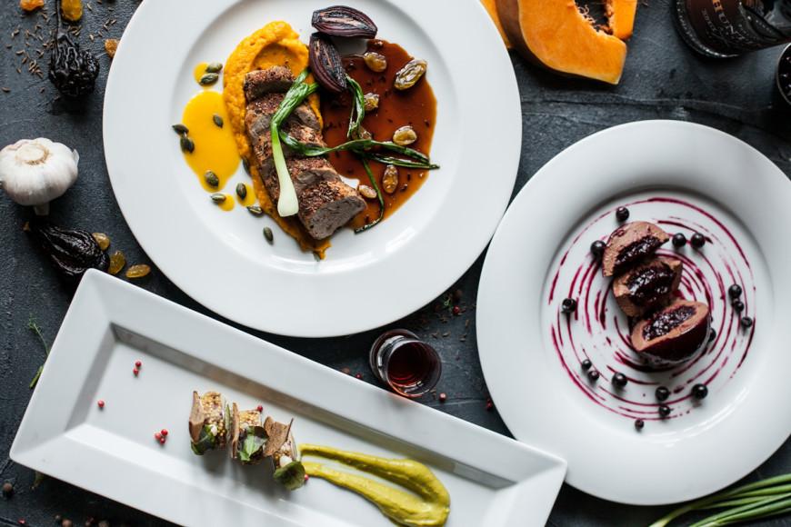 «Бочка», сет №2: а-ля террин из сельди с соусом гуакамоле; свиная вырезка в пряных травах с овощным пюре; трюфельное пирожное с черной смородиной