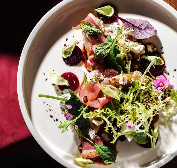 Салат с печенойгрушей, карамельнойсвеклойи голубым сыром