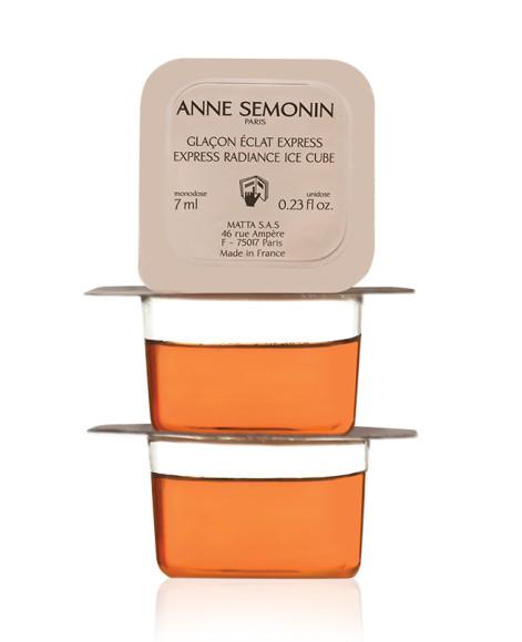 Средство для мгновенного сияния кожи Express Radiance Ice Cube, Anne Semonin нужно держать в морозилке: превратившись в кубики льда, оно вдобавок к антивозрастным и увлажняющим свойствамприобретет и мгновенный тонизирующий эффект.
