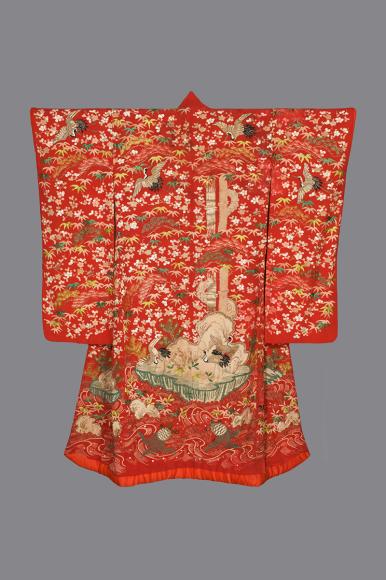 Верхнее кимоно для молодой женщины. Япония, 1850-1880 Шелковый креп, шелковые и металлические нити; ткачество, ручное крашение, роспись по трафарету, вышивка