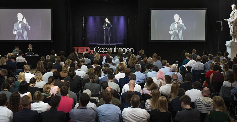 На TEDx появился основатель Carlsberg Якоб Кристиан Якобсен, голографически воссозданный с помощью современных компьютерных технологий и рассказывавший о миссии компании и ее целях