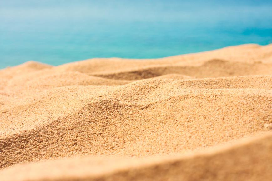 Песок  Бежать по сухому песку достаточно сложно, так как ноги будут утопать и создавать дополнительную нагрузку. Здесь высока вероятность подвернуть ногу. Для новичка это может обернуться «забитыми мышцами», а вот профессиональному бегуну поможет подкачать мышцы голени и голеностопа. Мокрый и плотный песок будет похож на грунтовое покрытие. Бег по сухому песку босиком — отлично укрепляет стопу.
