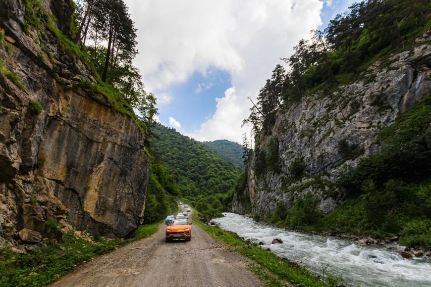 Кроссовер Urus,Lamborghini в оттенке оранжевый Arancio Borealis в Марухском ущелье