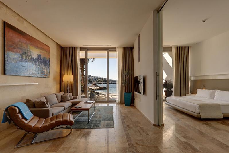 Гостиная и спальня Yalıkavak Marina Beach Hotel