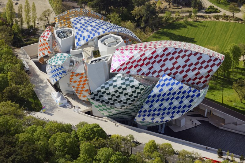Здание фонда Louis Vuitton в оформлении Даниеля Бюрена