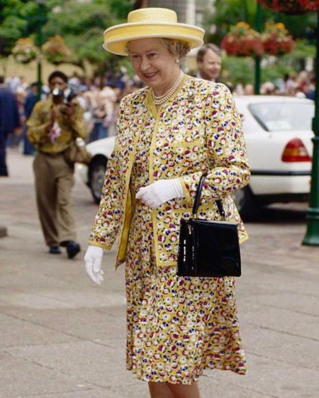 Елизавета II с сумкой Launer во время государственного визита в Дурбан, 1995 год