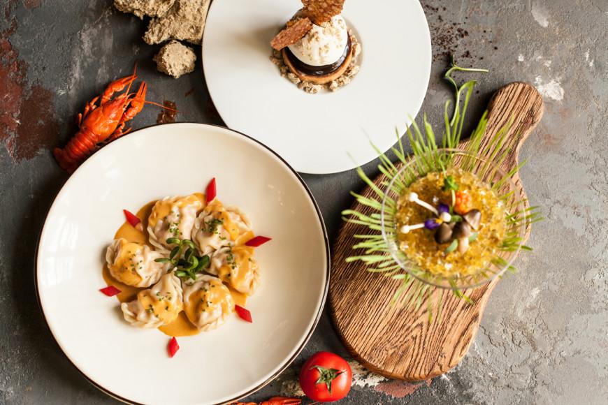 «Кафе Пушкинъ», сет №2: оливье с жареными белыми грибами и лисичками; пельмени с морепродуктами под раковым соусом; халва, крем-брюле из халвы с морожеными шоколаднымсоусом