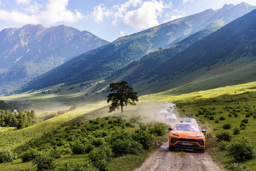 Кроссовер Urus, Lamborghini в оттенке оранжевый Arancio Borealis в Марухском ущелье